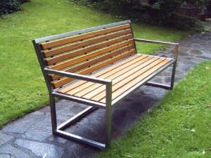 3-sitzige Gartenbank mit Bangkirai-Sitzfläche und Rückenlehne - de greiff design